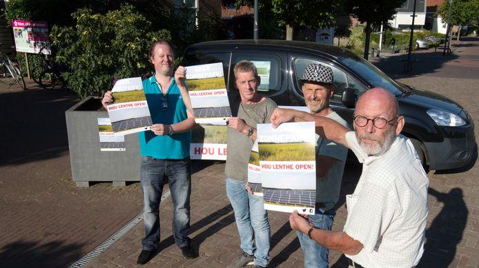 Met pamfletten en een spandoek maken Tomas Wagenaar, Piet Jansen of Lorkeers, Bert Waterval en Jan Vesseur (vlnr) kenbaar tegen het energiepark te zijn.