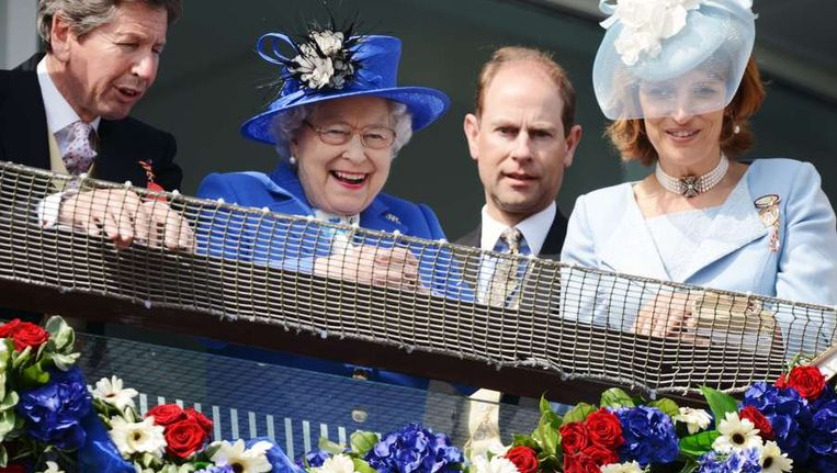 De Britse koningin Elizabeth II, naast haar prins Edward (R). Beeld afp