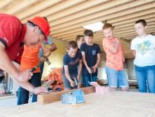 Teun (6) metselt mee aan muurtje voor zijn eigen nieuwe school in Welsum: 'Best moeilijk'
