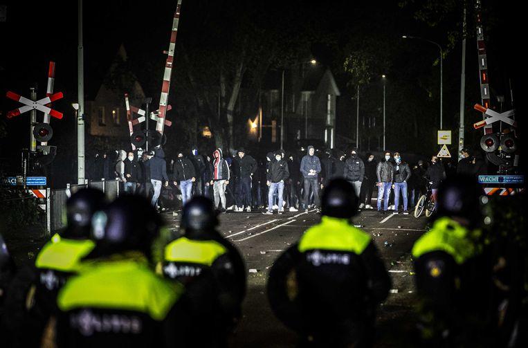 De ME grijpt in tijdens rellen na het mislopen van promotie door De Graafschap.  Beeld ANP
