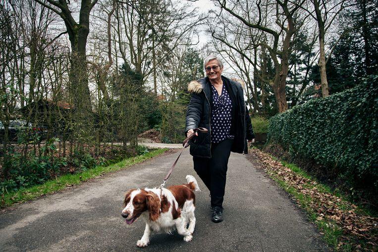 Leona Detiège gaat wandelen met de hond. Beeld thomas nolf