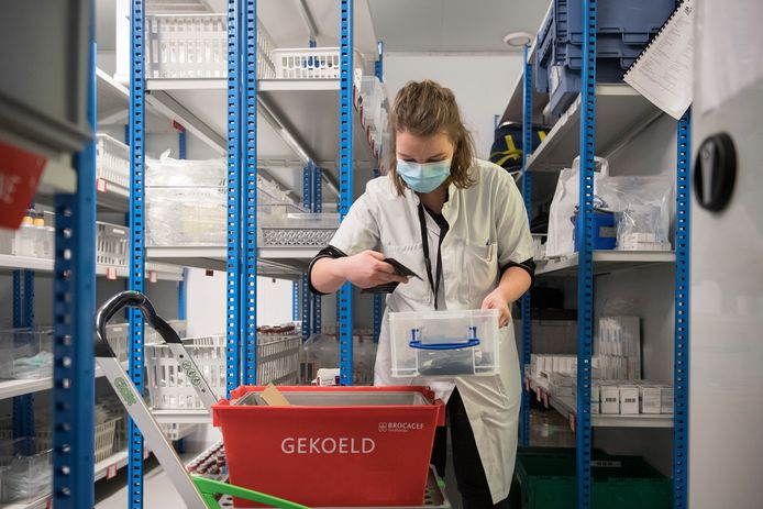 Katinka Molenaar telt het aantal vaccins in de koelcel van Ziekenhuis Rivierenland in Tiel.