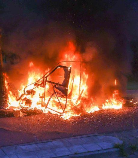 Auto vliegt in brand tijdens ritje in Eindhoven, bestuurster brengt zichzelf en hond in veiligheid