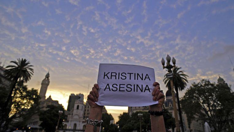 De woede is groot in Argentinië. President Cristina Kirchner ligt onder vuur. 'Kristina moordenaar', staat hier. Beeld AFP