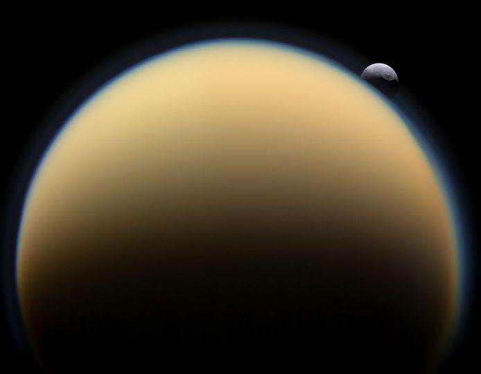 Titan, zoals de maan in 2009 door Cassini-Huygens gefotografeerd werd.