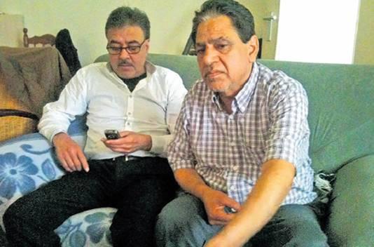 Gona Sharma (rechts) werd door een groep jongeren mishandeld in zijn woning. Sindsdien durft hij niet meer alleen thuis te zijn