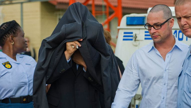 Oscar Pistorius vandaag onderweg naar de rechtbank. Beeld AP