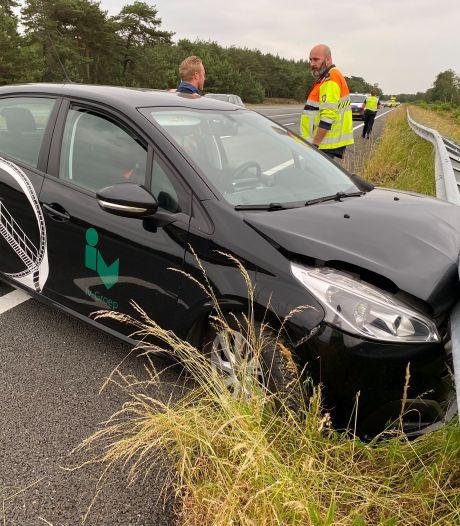 Auto knalt hard op vangrail op de A1 bij Kootwijk: bestuurder kan voertuig zelf verlaten