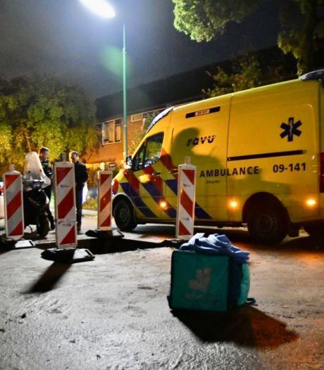 Scooterrijder belandt in groot gat in de weg in Bilthoven