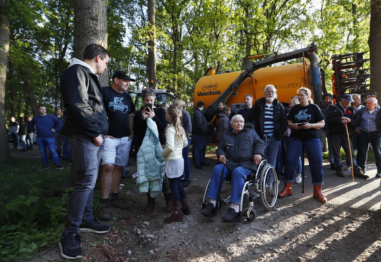 Tientallen boeren kwamen naar de varkensfokkerij. Een aantal blokkeerde met hun tractor de toegangsweg.