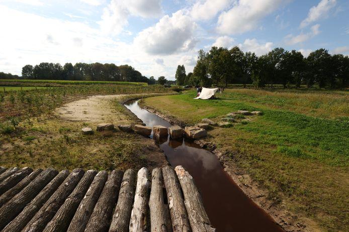 De meanderende Oude Strijper Aa met de houten vlonder en stapstenen.