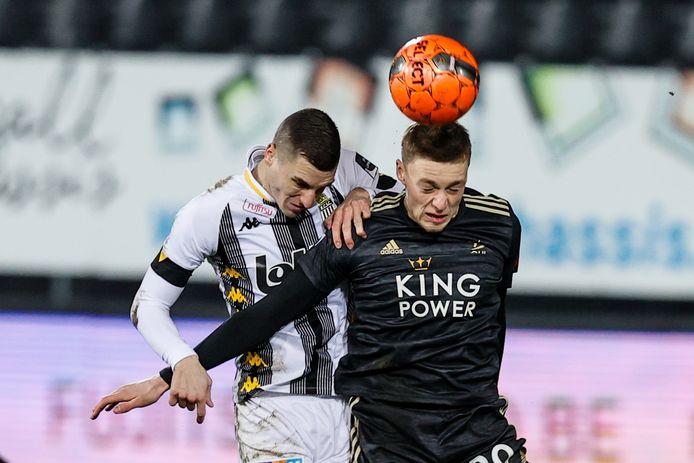 Nu Thomas Henry vrijwel zeker vertrekt, wordt de 19-jarige Arthur Allemeersch, hier in duel met Charleroiverdediger Vranjes, voorlopig de enige diepe spits van OHL.
