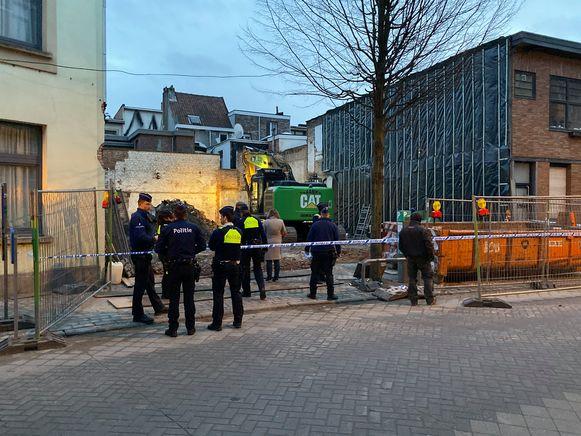 De hulpdiensten bij de afbraakwerken in de Boomgaardstraat.