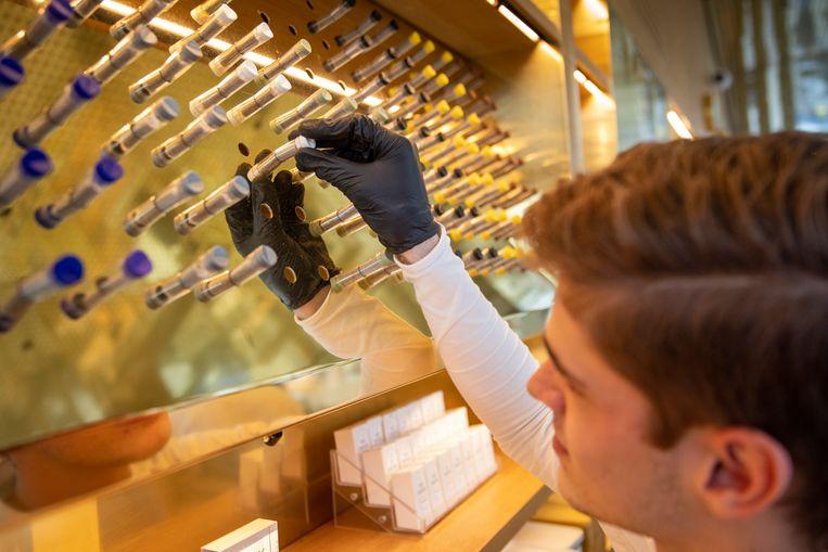 Coffeeshop Boerejongens heeft speciale Covid-arrangementen gemaakt, zoals de plastic verdelers op de toonbank.  Beeld Hollandse Hoogte