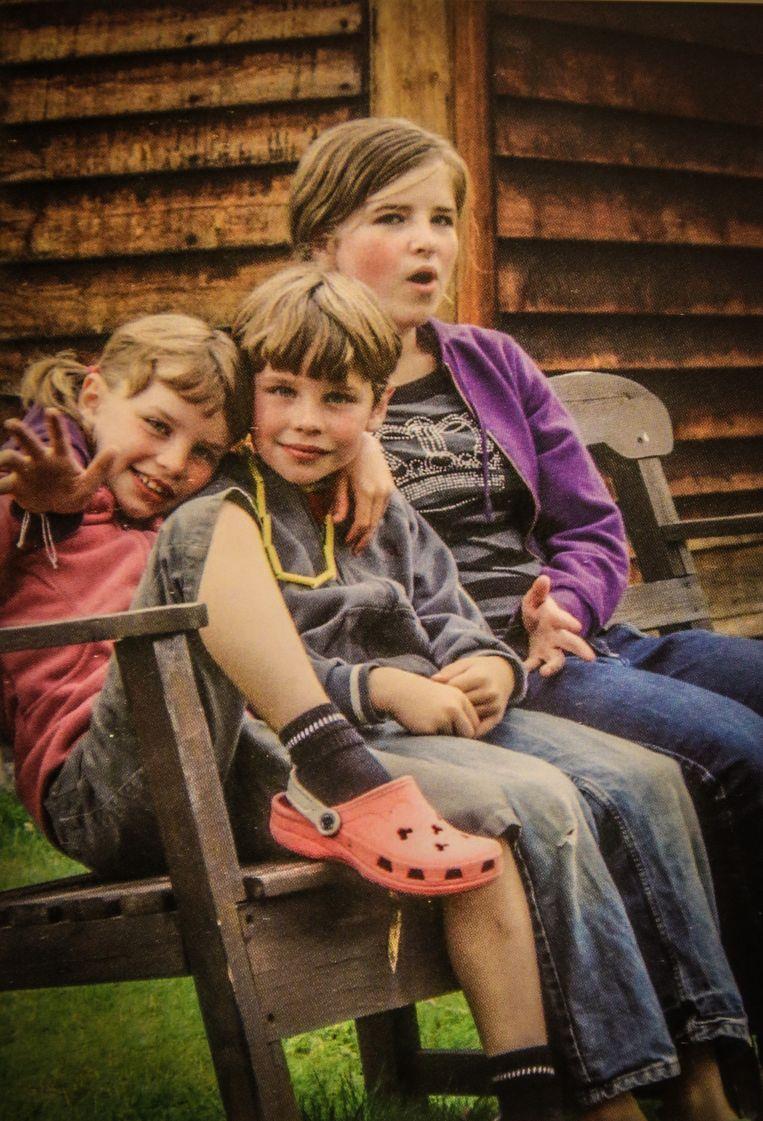 Anuna (midden) met tweelingzus Luka (links): zelfde genen, toch heel anders. Beeld