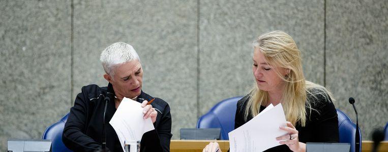 Staatssecretaris Wilma Mansveld overlegt met haar politieke baas tijdens een debat in de Tweede Kamer. Beeld anp