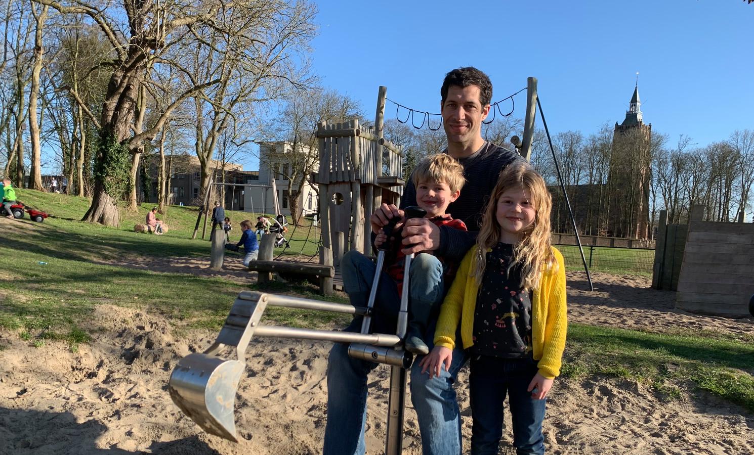 Papa Karel (38) is met Marijn (6) en Simon (4) naar Asperen gekomen om in de speeltuin te spelen.