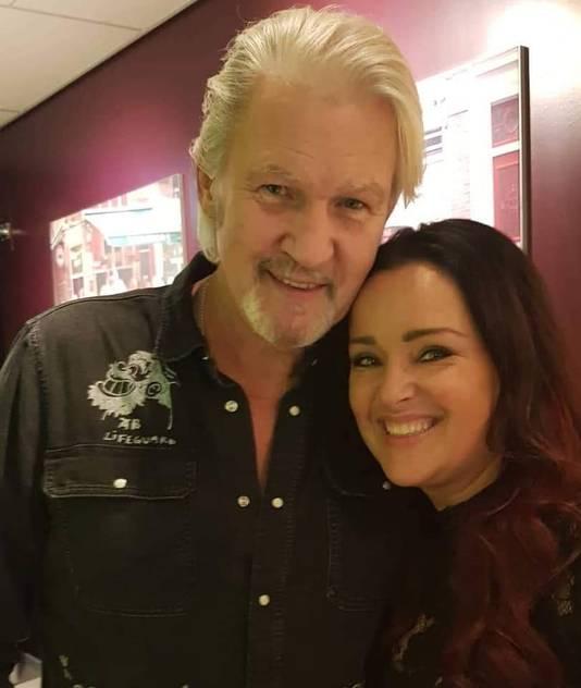 Petra van den Burg met Johnny Logan, meervoudig songfestivalwinnaar, tijdens het Grote Songfestivalfeest in 2019.