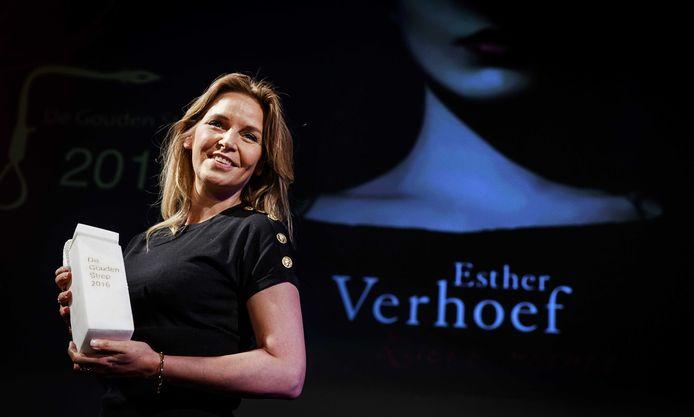 Schrijfster Esther Verhoef won met haar boek 'Lieve mama' de de Gouden Strop voor het beste spannende boek in 2016. Wint zij dit jaar weer?