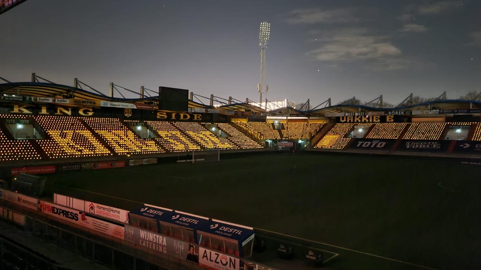 Een betoverend gezicht: 9000 lampjes verlichten het stadion van Willem II.