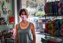 Cecilia Mancini, eigenaresse van een kinderboekenwinkel die 2,5 dag gesloten is geweest vanwege de vuilnis voor de deur.