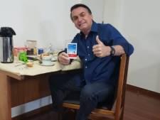 """Boîte de chloroquine en main, Bolsonaro annonce qu'il est désormais """"négatif"""" au Covid-19"""