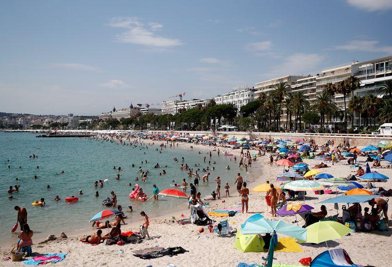 Ook in de Franse badplaats Cannes wordt het warm. Beeld Hollandse Hoogte/EPA