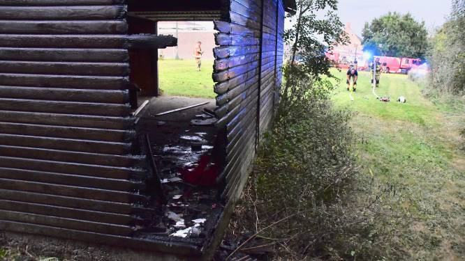 Spelende kinderen stichten brand aan houten barak vlakbij kinderdagverblijf