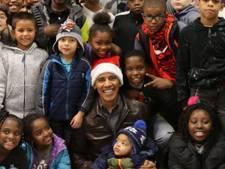 Kerstman Obama verrast kinderen met zak vol cadeaus