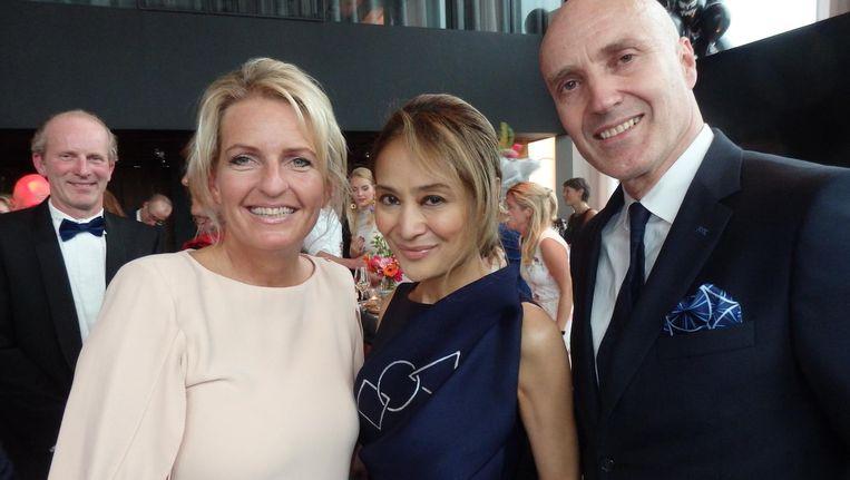 FCN-founder Merlin Melles: 'Ik maak iedereen heel blij.' Met Maureen Wit-Josef en Theo Wit van B-Spoken. Beeld Schuim
