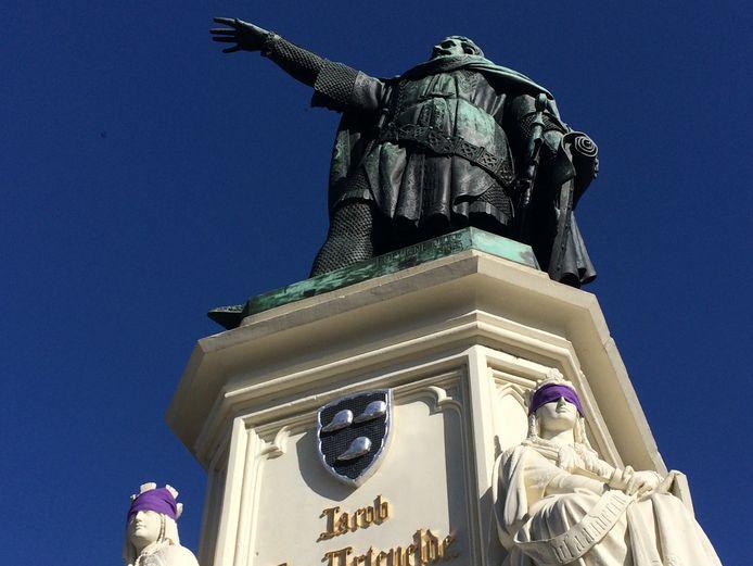 Het standbeeld van Jacob van Artevelde werd ook gehuld paarse doeken.