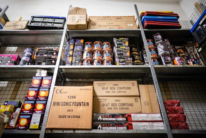 Door een vuurwerkverbod aankomende jaarwisseling verkeren vuurwerkhandelaren in zwaar weer. De voorraad is vaak al ingekocht en ligt bij de importeurs te wachten, maar mogelijk krijgen de ondernemers het dit jaar niet verkocht