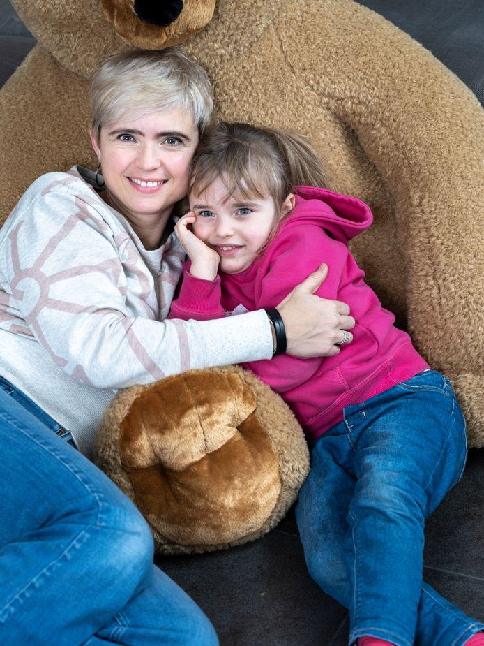 Marianne Devriese met dochtertje Pippa. In Story vertelt de actrice openhartig over haar gezinsleven.
