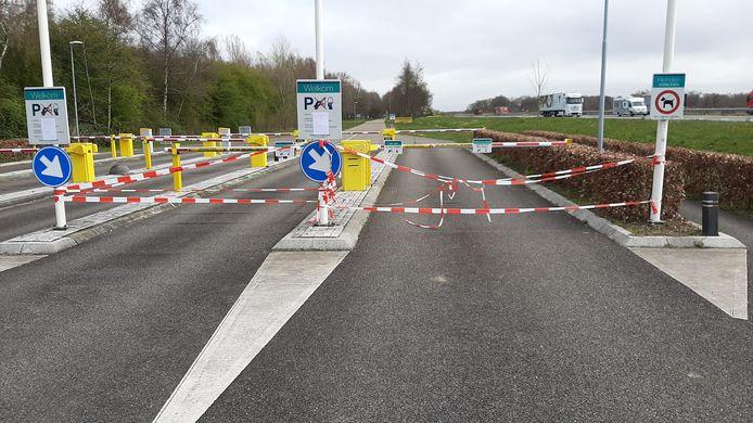 Strand Horst is afgesloten. Er hangen linten voor de slagbomen bij de ingang. Het fietspad is wel gewoon open.