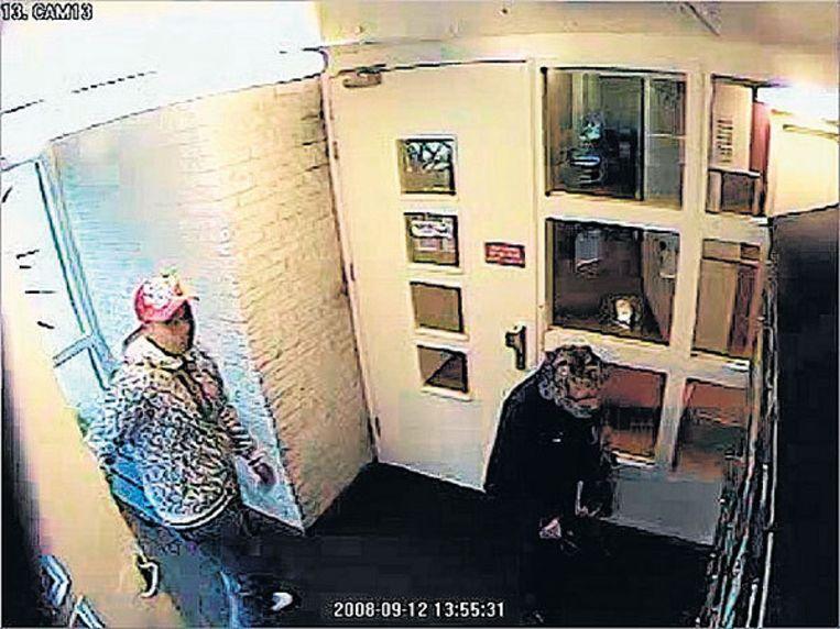 De dader belaagt de hoogbejaarde vrouw. Foto politie Beeld