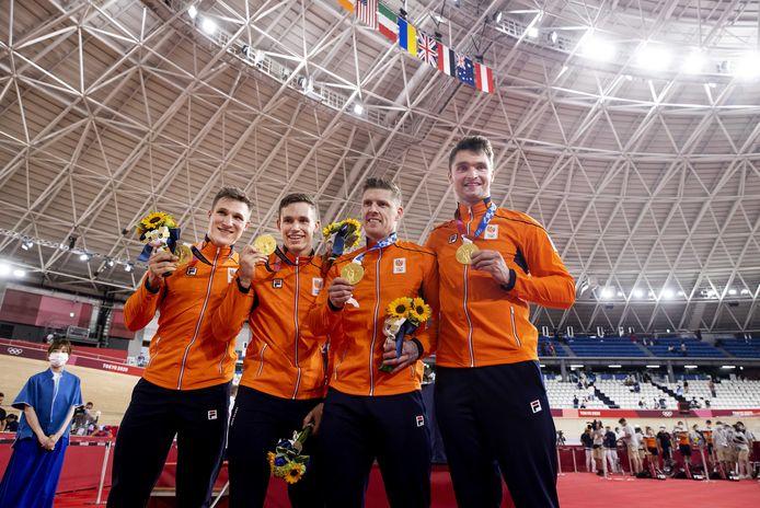 Jeffrey Hoogland, Harrie Lavreysen, Roy van den Berg en Matthijs Buchli met hun gouden medailles na afloop van het baanwielrennen teamsprint op de Olympische Spelen in Tokio.