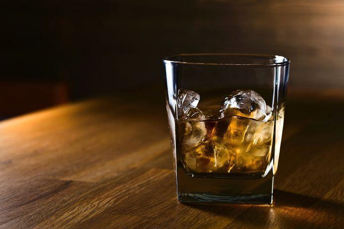 De man hield het zelf op twee glazen whiskey, maar gezien zijn laveloze toestand moeten dat er meer zijn geweest, dacht de politierechter. 'Ik denk dat u zoveel alcohol hebt gedronken dat u het niet meer weet', zei ze.