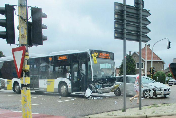 De lijnbus vervoerde geen passagiers en was op weg naar zijn stelplaats.