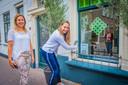 Bewoner Leonie de Zwart (rechts) heeft kunst van vriendin en kunstenares Charlotte Wagemaker achter het raam van haar huis in de Dorpsstraat hangen.