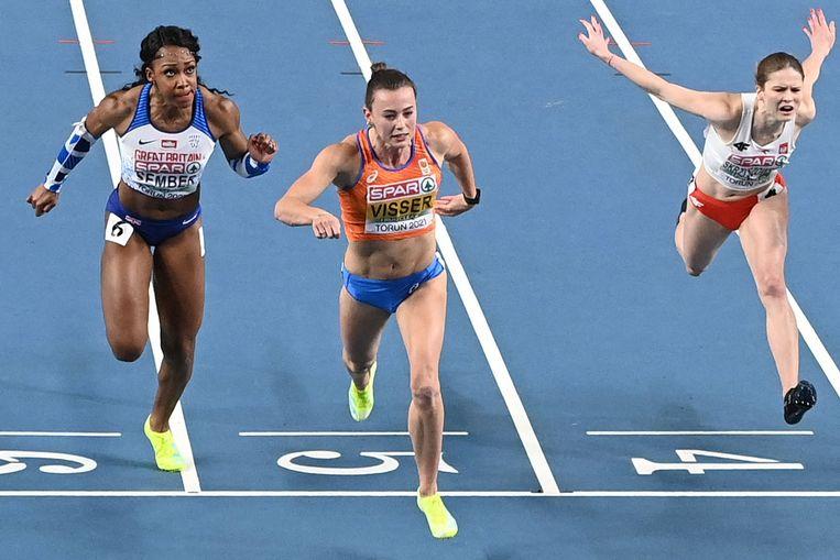 Nadine Visser (m) op de finishlijn. Beeld AFP