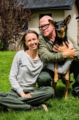 """Vrouw van Marnix Peeters schrijft boek over wilde Spaanse hond die ze in huis haalde: """"We zijn het voorbije jaar al acht kilo verloren"""""""