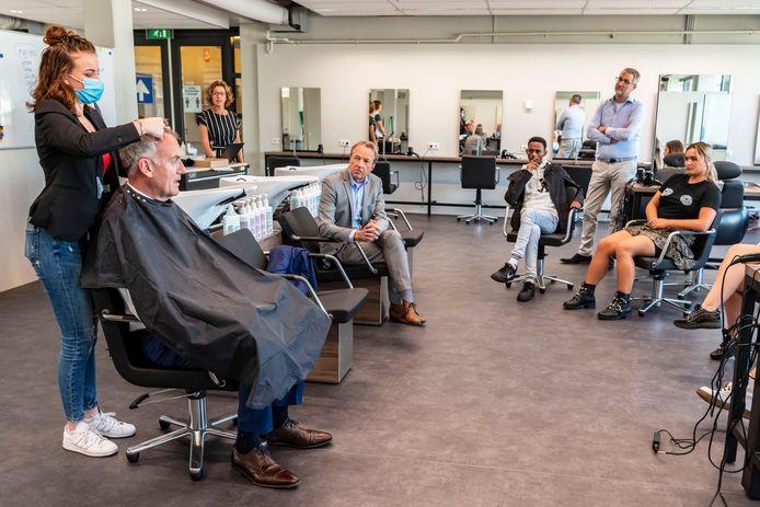 Burgemeester Hans Janssen liet zich vorig jaar knippen op het ROC in Tilburg.