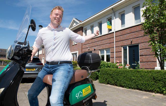 Makelaar Rolan Dirksen voor een van zijn panden