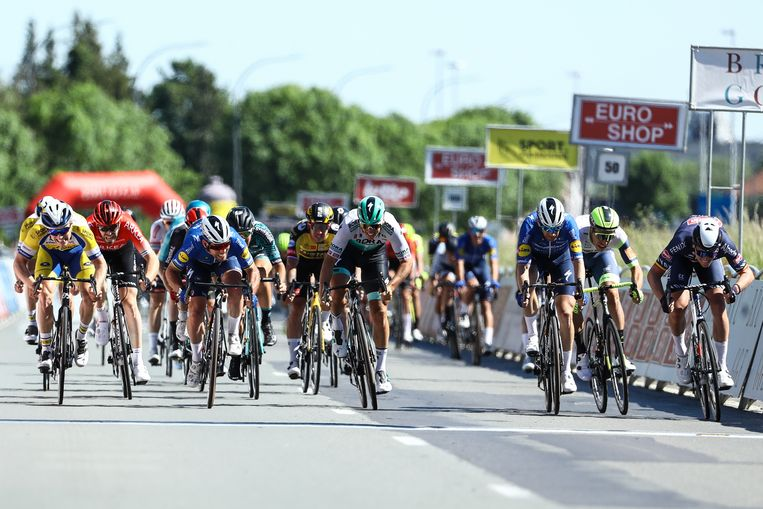 Tim Merlier (uiterst rechts) is een zuchtje sneller dan Mark Cavendish in Brugge. Beeld BELGA