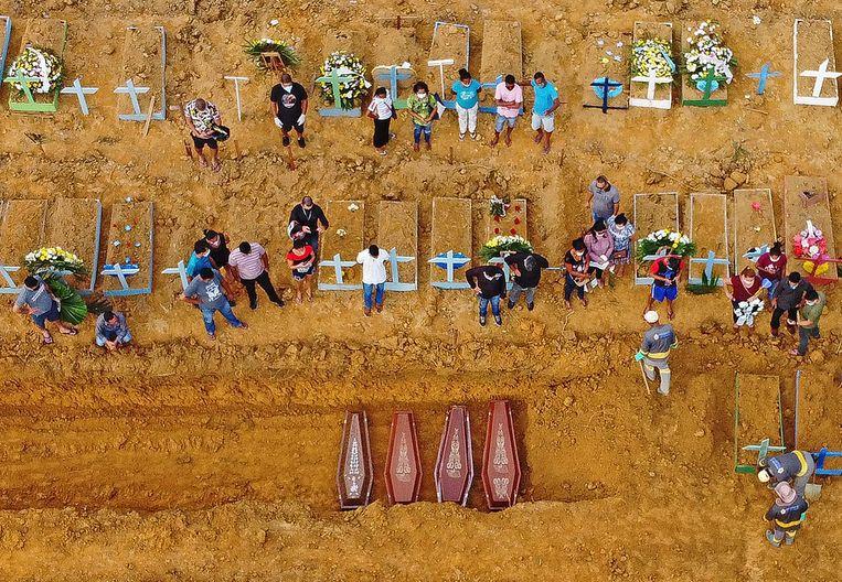 De begraafplaats Nossa Senhora Aparecida in Manaus, in het Amazonewoud in Brazilië. Beeld AFP