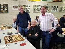 Roelof debuteert op 85-jarige leeftijd in ereklasse voor damclub in Westerhaar