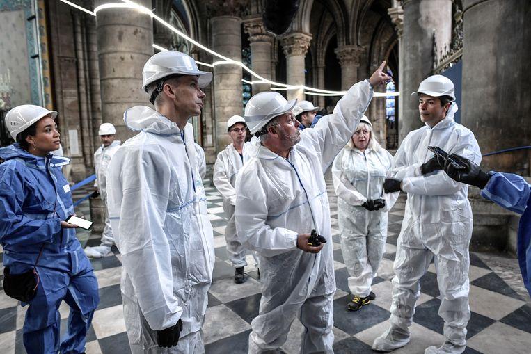 Franse minister Riester krijgt een rondleiding door hoofdarchitect Villeneuve. Beeld REUTERS