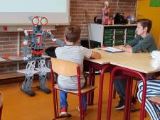Zwerfvuilrobot krijgt basisschoolkinderen Budel aan het prullen prikken