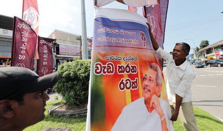 Voorstanders van Gotabaya Rajapaksa vieren zijn winst van de presidentsverkiezingen in Sri Lanka. Beeld REUTERS