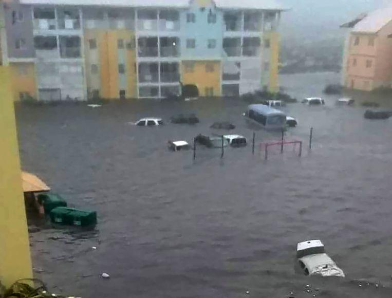 Op Saint-Martin, het Franse deel van Sint-Maarten, zijn straten overstroomd. Alleen via sociale media als Twitter komen foto's binnen. Beeld AFP